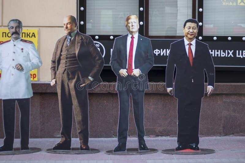 Pappdiagramen av Stalin, Lenin, trumf och Kim ir Sung visas på den Arbat gatan arkivfoton
