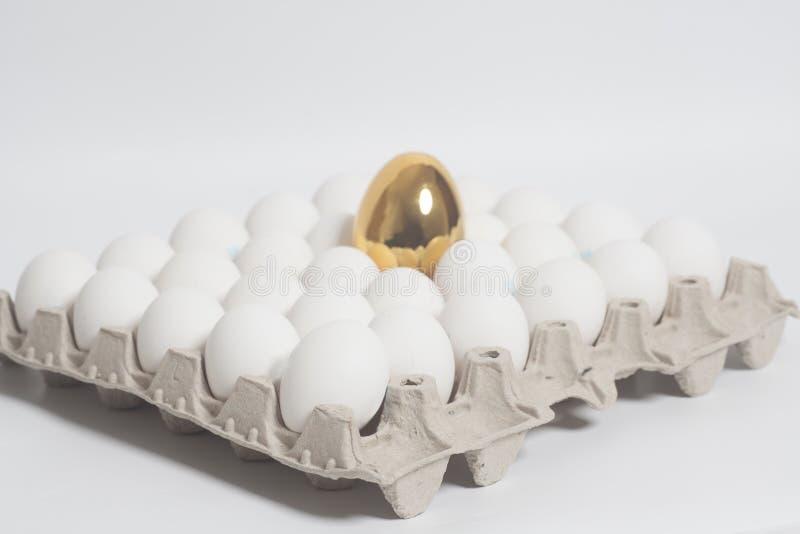 Pappeikasten mit Goldenem und Hühnereien lizenzfreies stockfoto