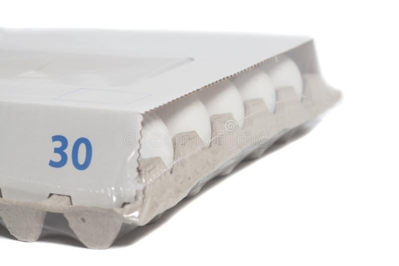 Pappeikasten mit Hühnerweißen eiern stockbilder