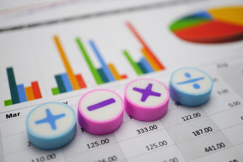 Papper för grafer för matematiksymboldiagram Finansiell utveckling, bankrörelsekonto, statistik, för forskningdata för investerin royaltyfria foton