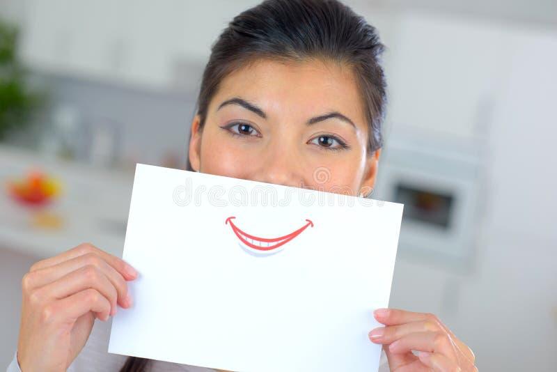 Papper för kvinnainnehavark över mun royaltyfria bilder