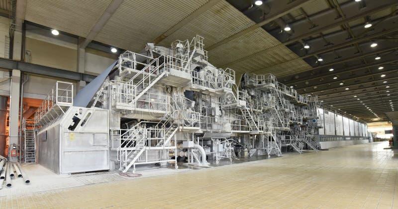 Papper för maskiner rullar för tillverkning av för ytterligare processin royaltyfria bilder