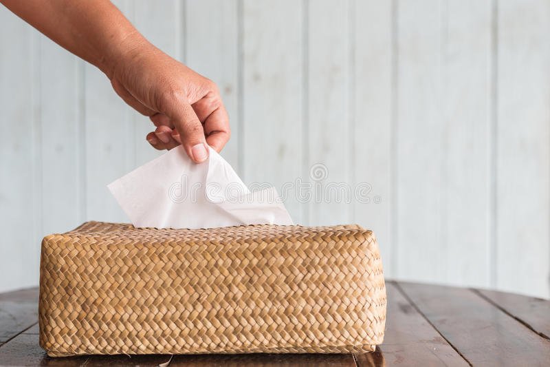 Papper för silkespapper för stycke för handplockning vitt från asken arkivfoto