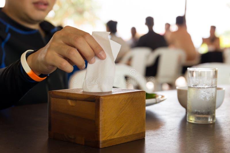 Papper för silkespapper för handplockning vitt från silkespapperasken på lunchtid fotografering för bildbyråer