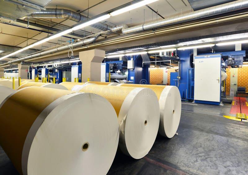 Papper rullar, och maskiner för offset- printing i ett stort tryck shoppar f arkivbilder
