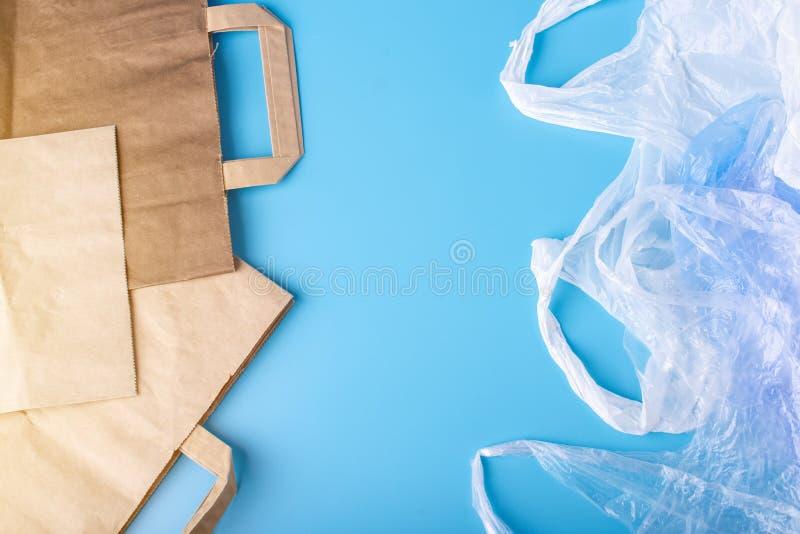 Papper vs plastpåsar för förpackande och bärande produkter Välj för skydd av miljön placera text royaltyfria bilder
