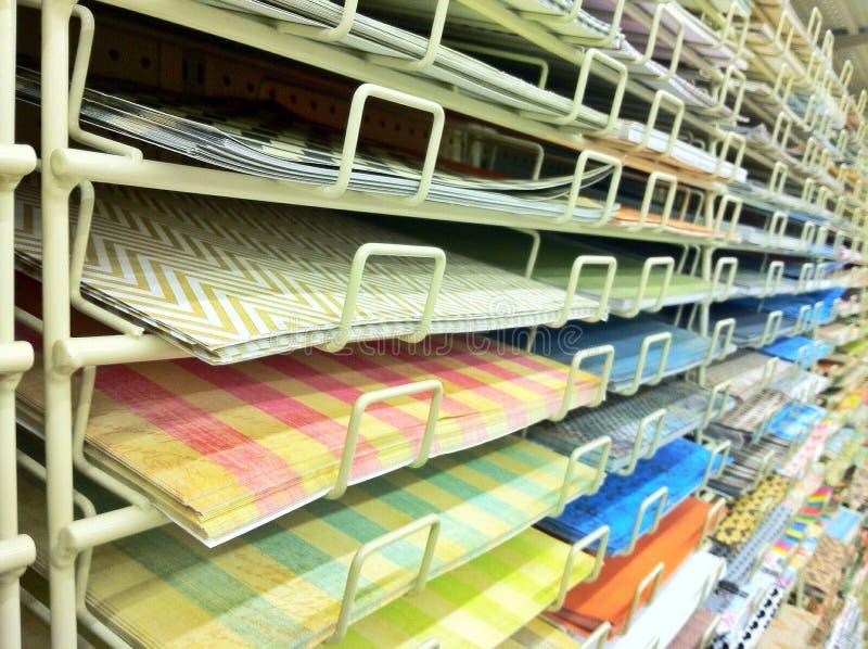 Pappers- ö för urklippsbok i hantverklager arkivbild