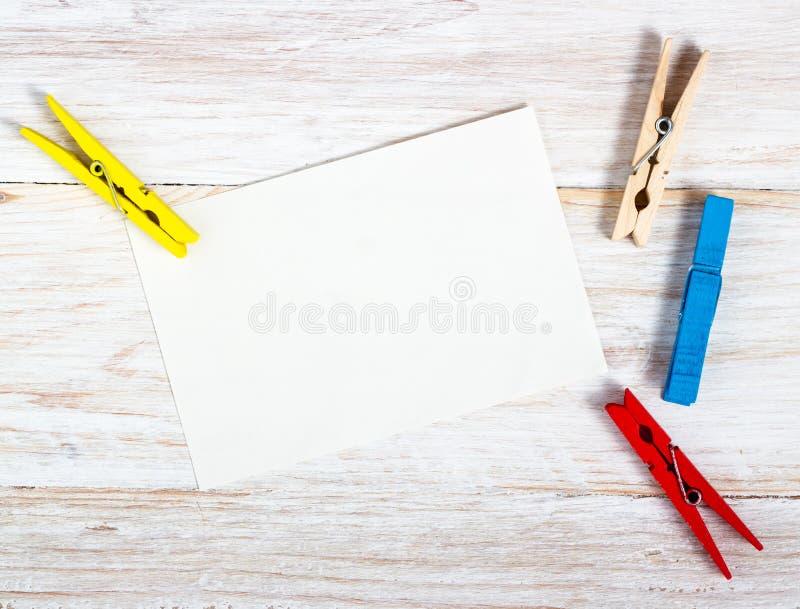 Pappers- anmärkning med gemet fotografering för bildbyråer