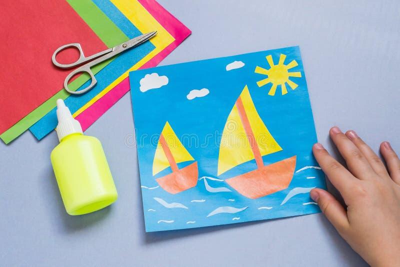 Pappers- applique som göras av barnet på havstema arkivbild