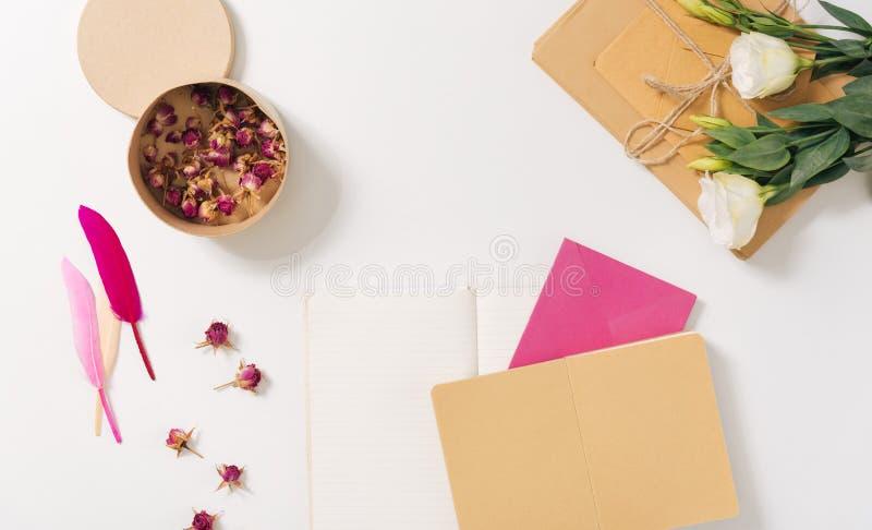 Pappers- ask som fylls med torkade rosor royaltyfri bild