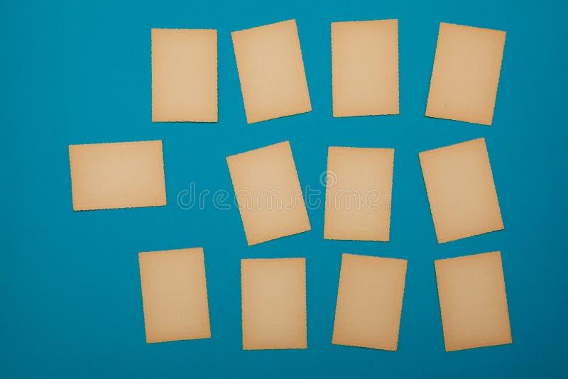 Pappers- blå fastställd lott för gammal tappning av annonsen för meddelande för bräde för påminnelse för missiv för bokstav för k royaltyfri bild