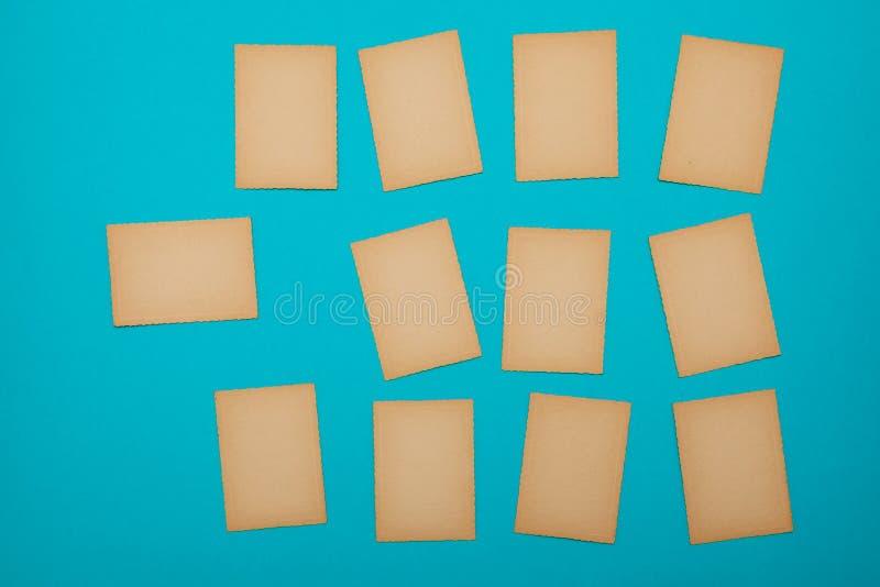Pappers- blå fastställd lott för gammal tappning av annonsen för meddelande för bräde för påminnelse för missiv för bokstav för k arkivfoto