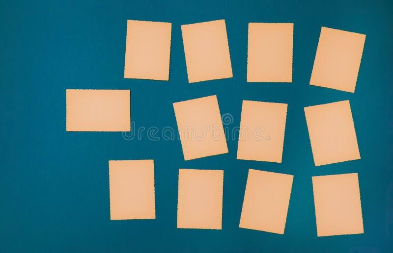 Pappers- blå fastställd lott för gammal tappning av annonsen för meddelande för bräde för påminnelse för missiv för bokstav för k arkivfoton