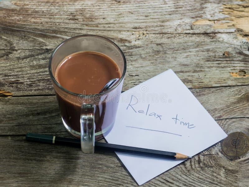 Pappers- blyertspenna och kopp kaffe i den wood tabellen arkivfoto
