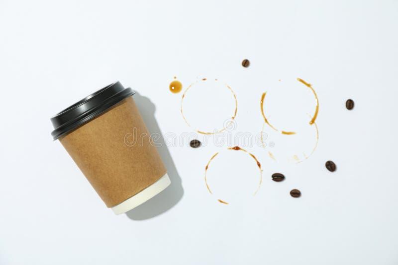 Pappers- exponeringsglas, kaffebönor och cirklar på vit bakgrund arkivfoto