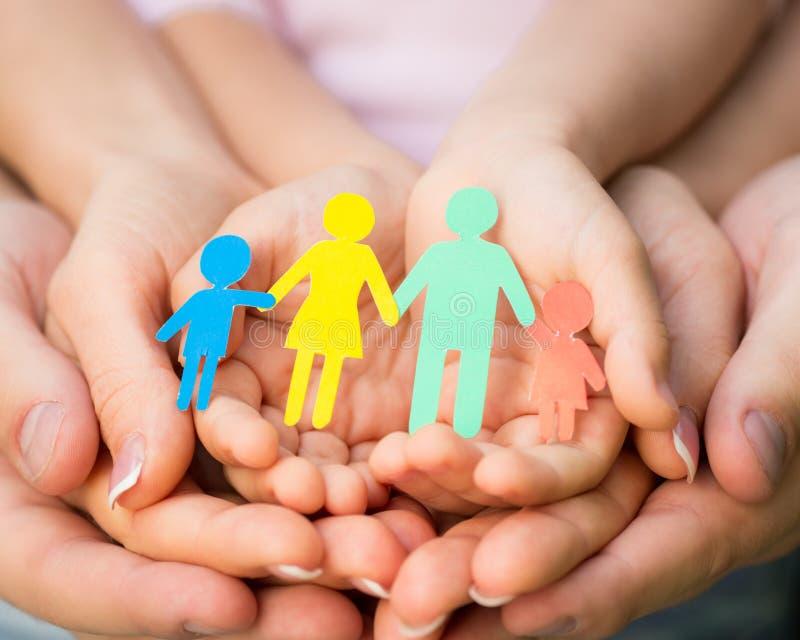 Pappers- familj i händer royaltyfri foto
