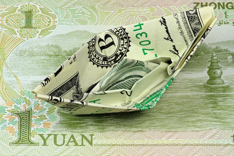 Pappers- fartyg för US dollar royaltyfri foto