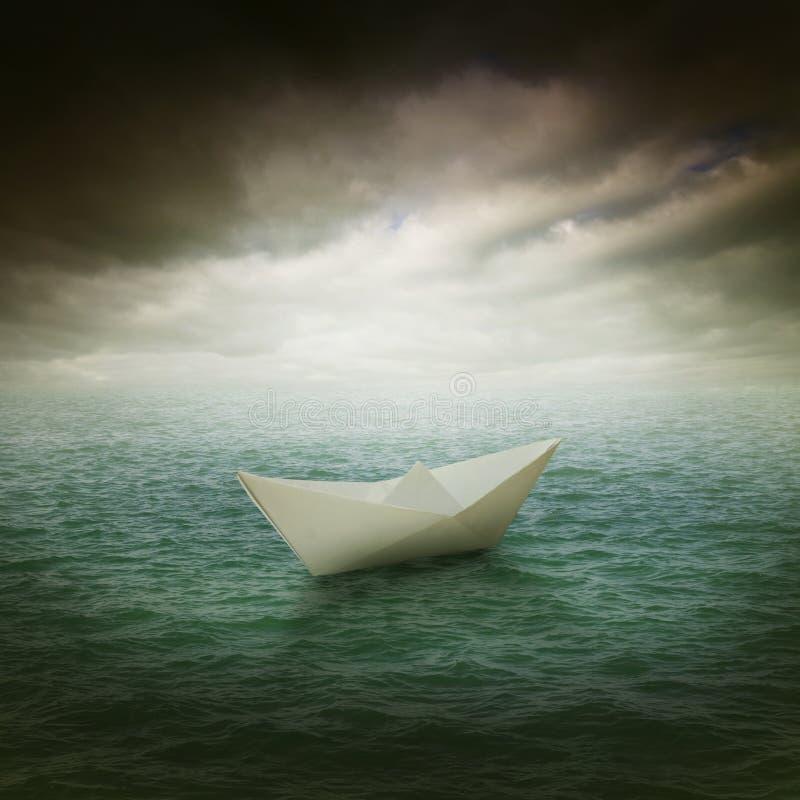 Pappers- fartyg i havet royaltyfria bilder