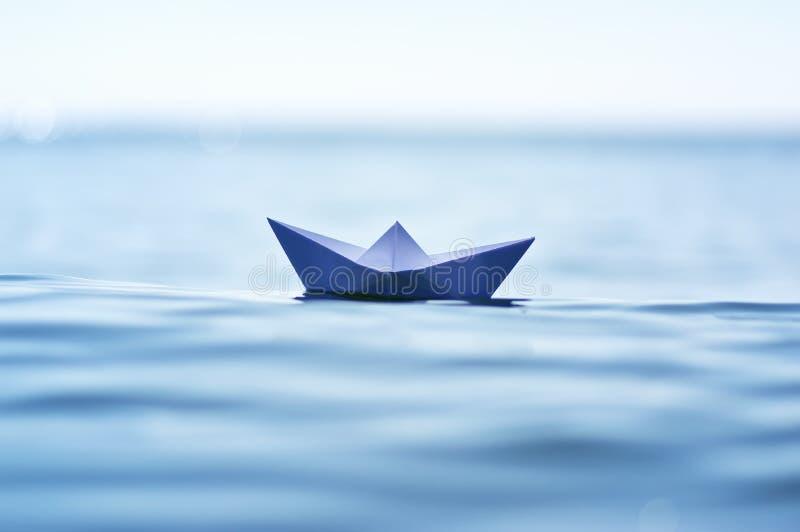 Pappers- fartyg på havsvåg royaltyfri bild