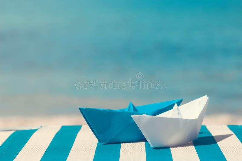 Pappers- fartyg på sunbed arkivfoto