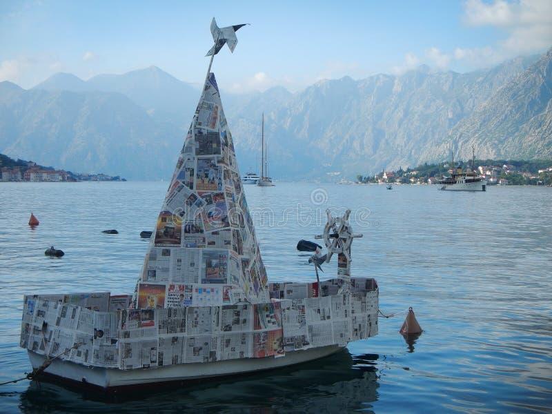 Pappers- fartyg som binds till bojet royaltyfria foton