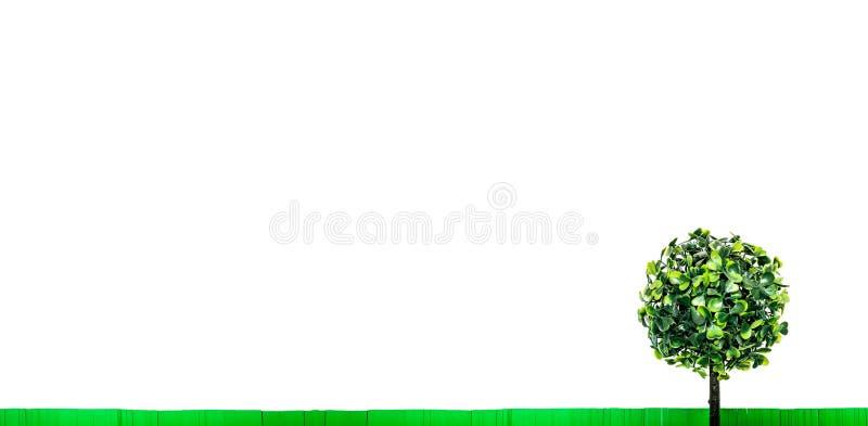 Pappers- grönt gräs- och leksakträd med gröna sidor som isoleras på vit bakgrund med utrymme för fri kopia royaltyfri fotografi