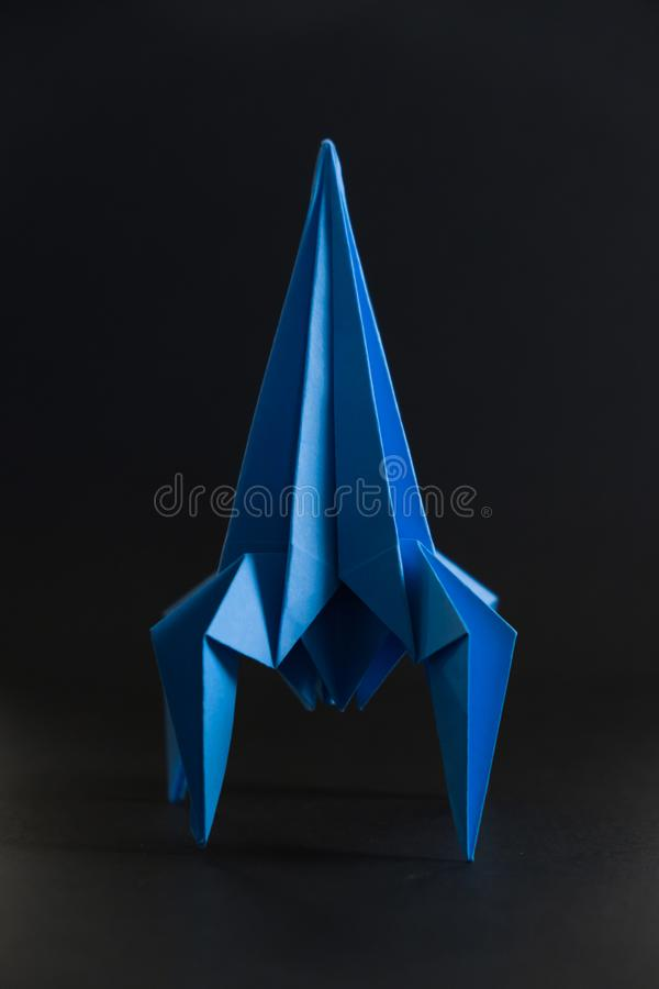 Pappers- hemlagad origamiraket arkivfoton