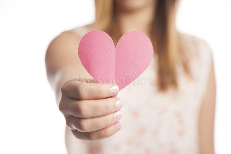 Pappers- hjärta för kvinnainnehav royaltyfria foton