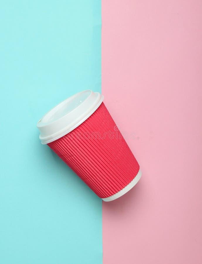 Pappers- kaffekopp på en kulör pastellfärgad bakgrund, bästa sikt, minimalism royaltyfri foto