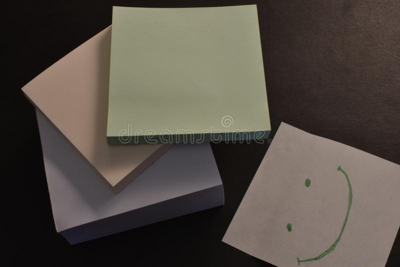 Pappers- klisterm?rkear f?r kontor p? svart bakgrund royaltyfri foto