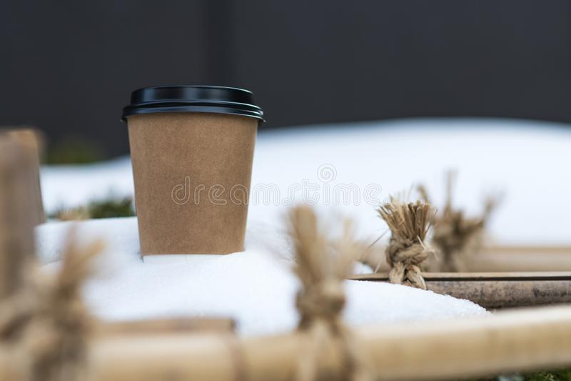 Pappers- kopp för kaffe i snö royaltyfria bilder