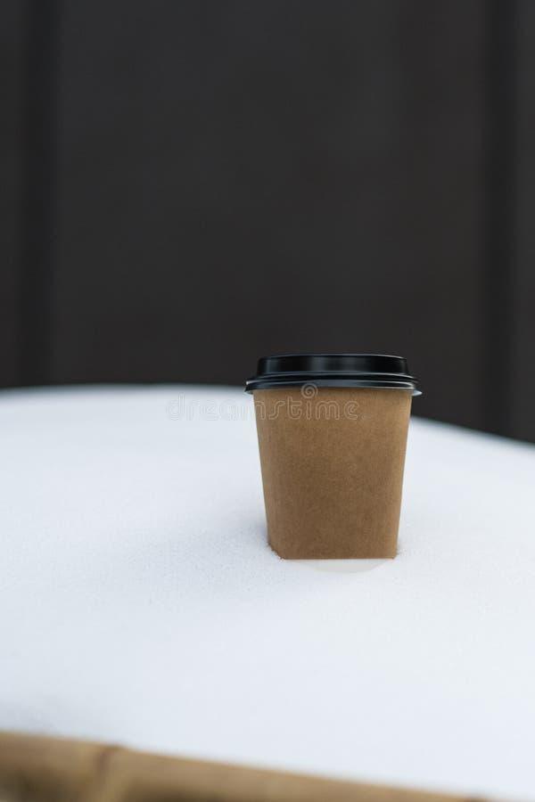 Pappers- kopp för kaffe i snö royaltyfri fotografi