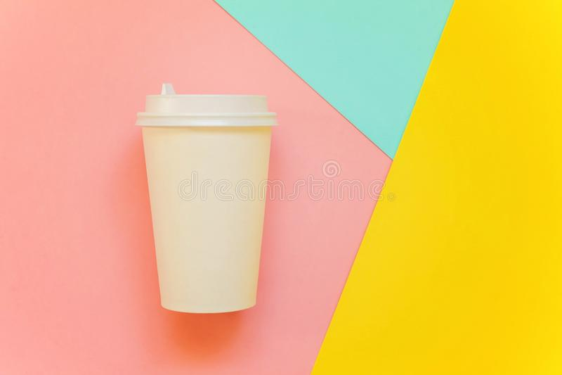 Pappers- kopp kaffe på färgrik bakgrund royaltyfri fotografi