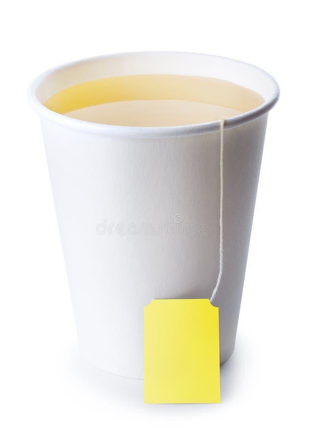 Pappers- kopp med te som isoleras på vit royaltyfria bilder