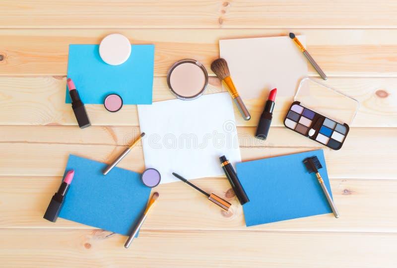 Pappers- kort, makeupskönhetsmedel och borstar fotografering för bildbyråer