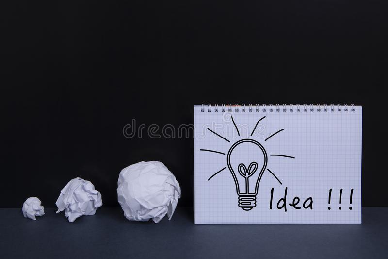 Pappers- lampa och idé royaltyfria bilder
