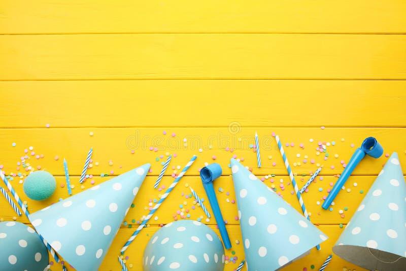 Pappers- lock för födelsedag med blåsare arkivfoton