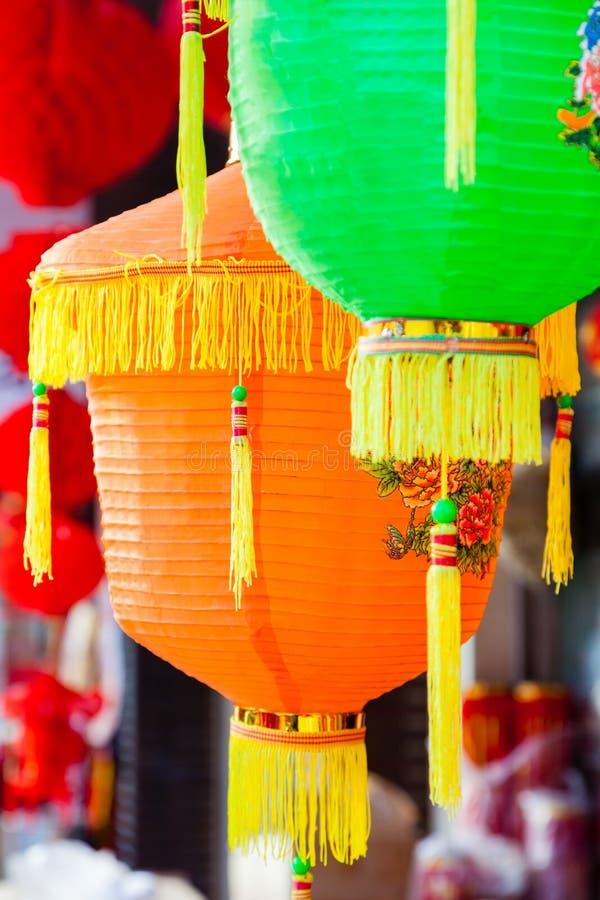 Pappers- lyktor för färgrik kines som hänger i en gatamartket arkivfoto