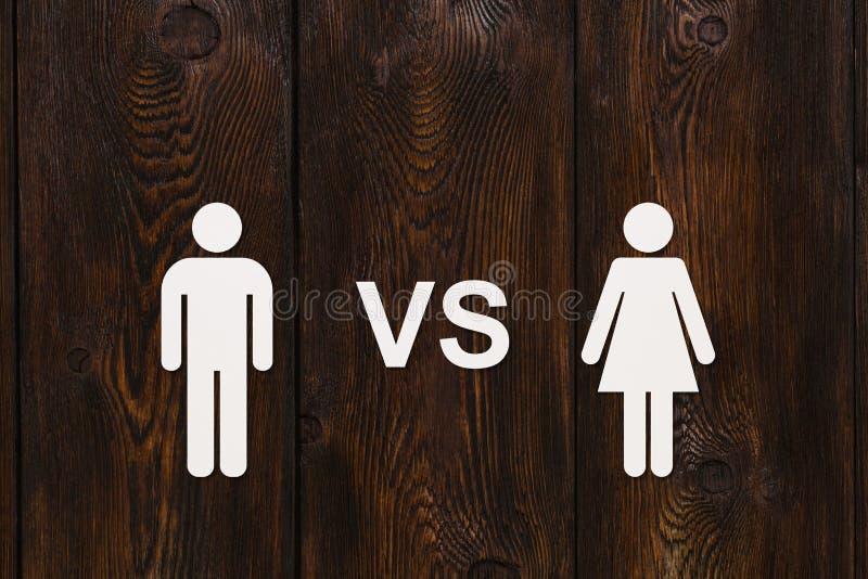 Pappers- man vs kvinna Abstrakt begreppsmässig bild royaltyfri fotografi