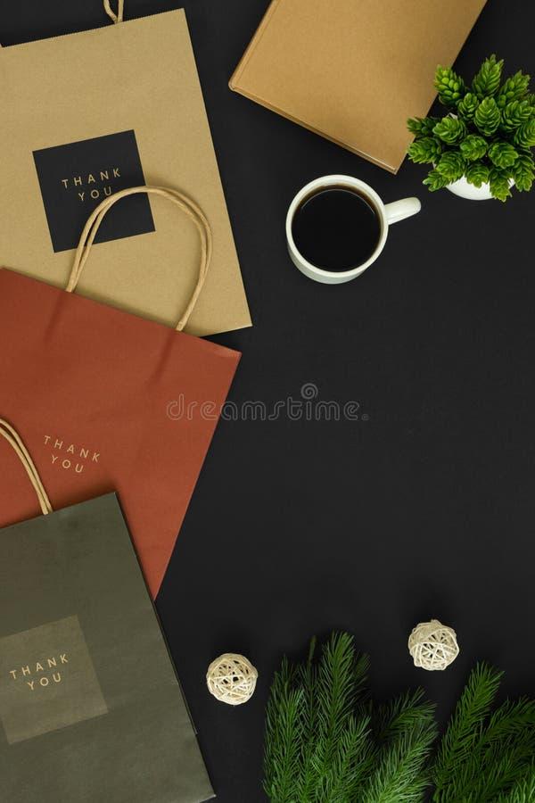 Pappers- påsar med kaffe royaltyfri foto
