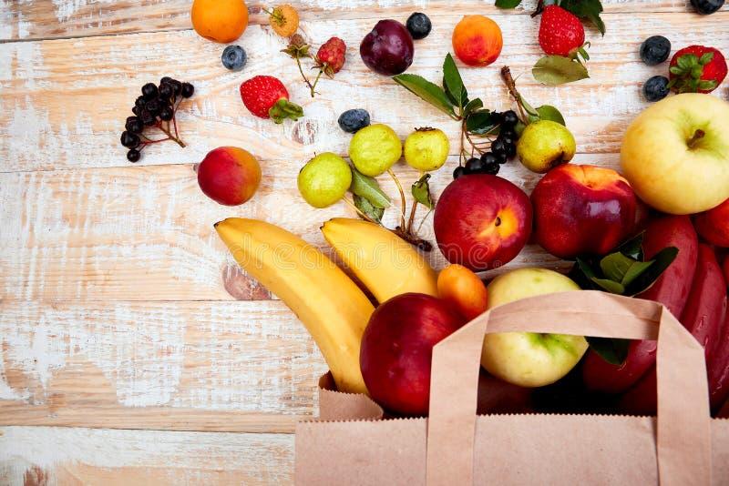 Pappers- påse av olik vård- fruktmat royaltyfri fotografi