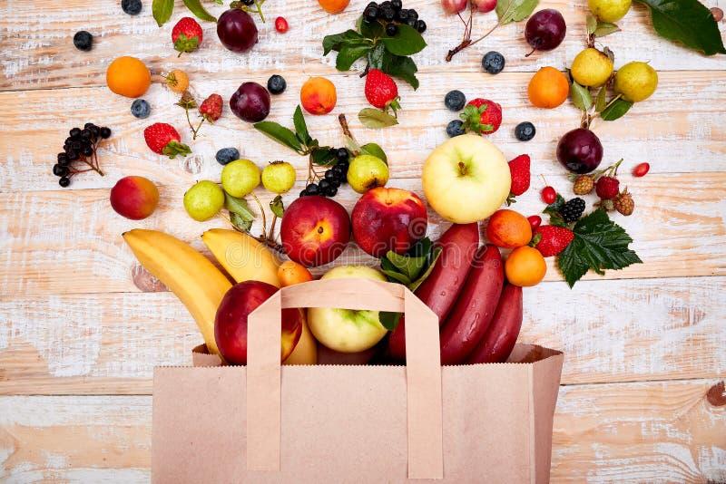 Pappers- påse av olik vård- fruktmat fotografering för bildbyråer