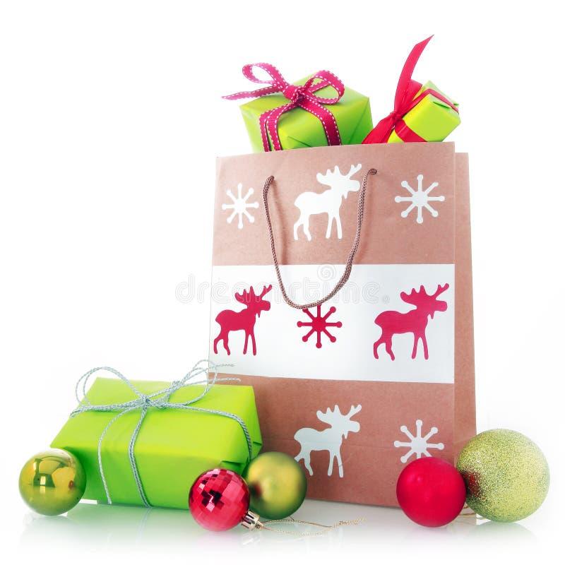 Pappers- påse för jul med gåvor och bollar royaltyfria bilder