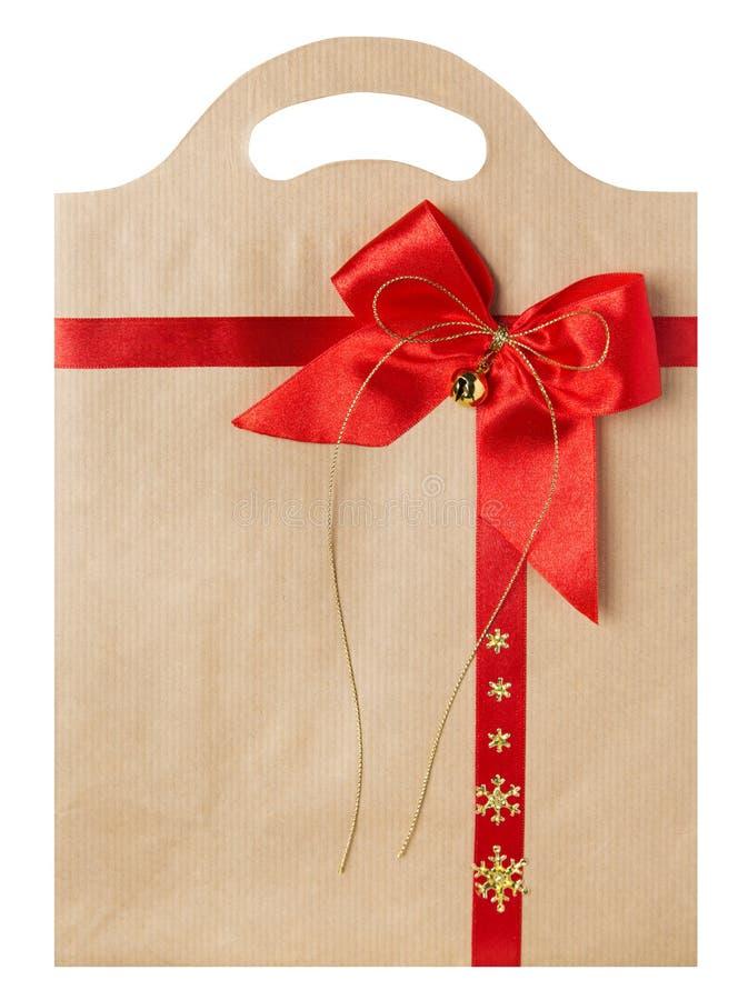 Pappers- påse med den röda pilbågen, påsar för julgåvapacke på vit royaltyfri fotografi