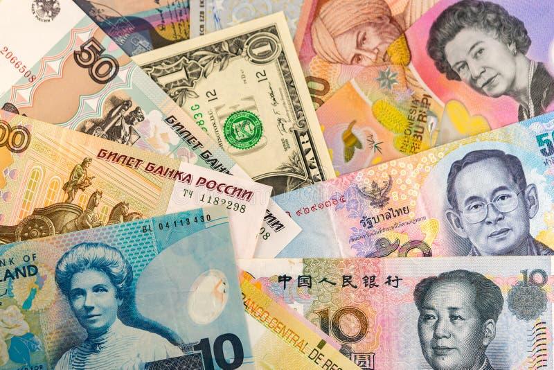 Pappers- pengar från hela världen royaltyfria foton