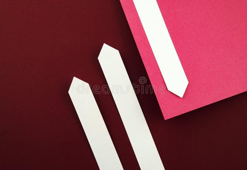 Pappers- pilar på bordofärgpapper royaltyfria bilder