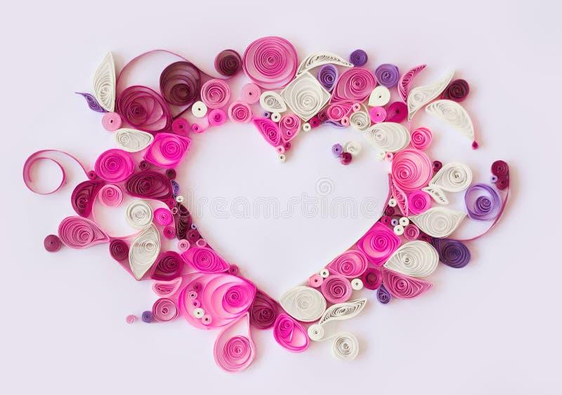 Pappers- quilling, dekorativ hjärta med kopieringsutrymme; valentinbac royaltyfri bild