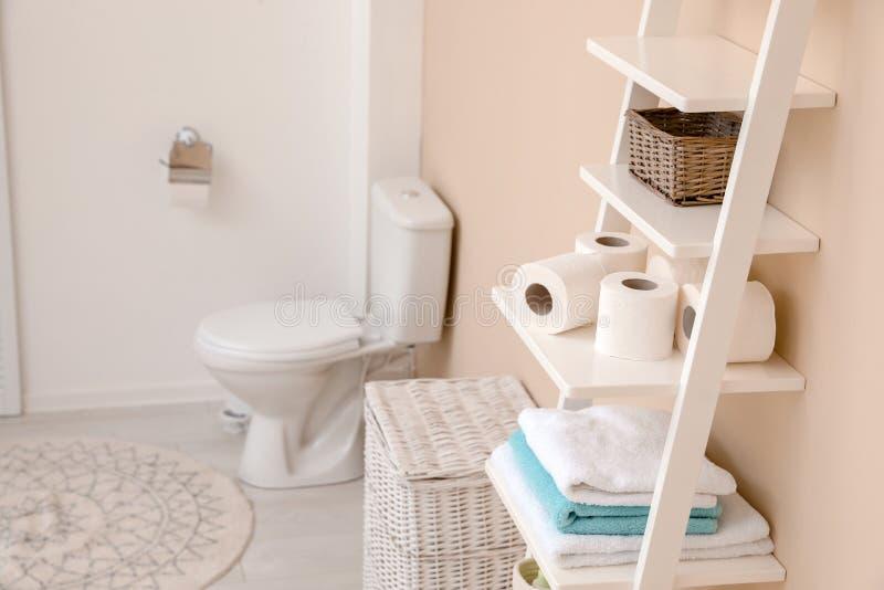 Pappers- rullar för toalett på att bordlägga enheten i badrum royaltyfria foton