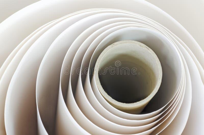 Pappers- rulle i en tryckväxt arkivfoton