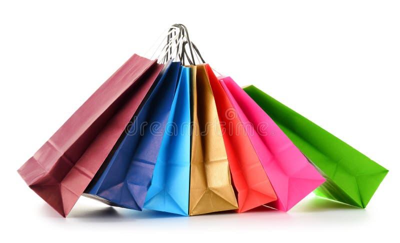 Pappers- shoppingpåsar på vit bakgrund arkivbilder